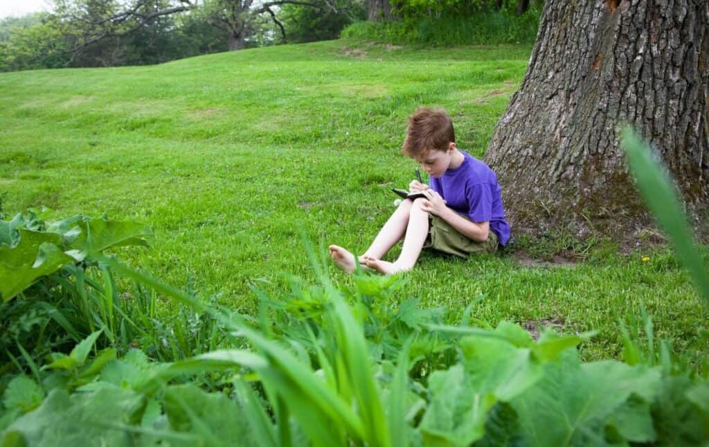 With a simple notebook, your child can enjoy creating a nature journal this summer! It can be a resource all summer long for art and literacy activities in Spanish. Take the nature journal outside for some observation and note taking.